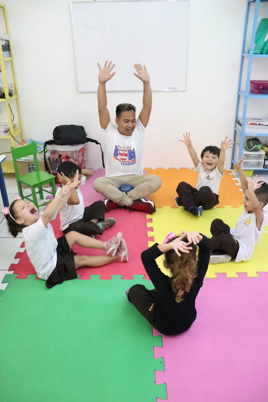 crianças felizes na aula de inglês